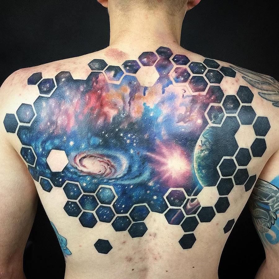increible tatuaje geometrico en la espalda del universo