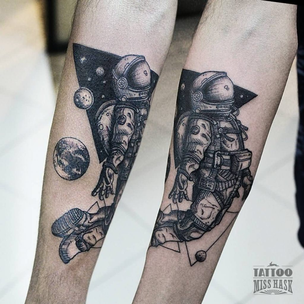 tattoo astronauta y planeta tierra