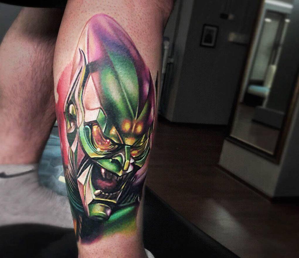 tattoo duende verde en la pierna
