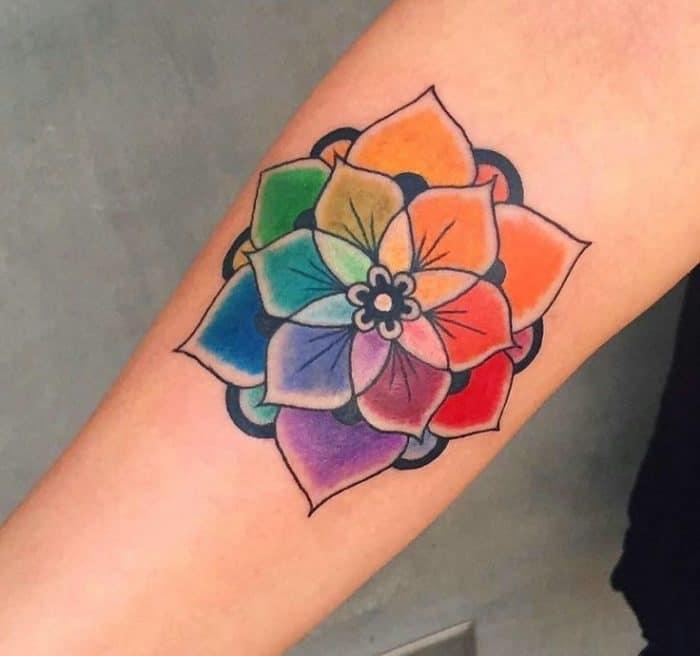 tattoo flor con los colores del arcoiris