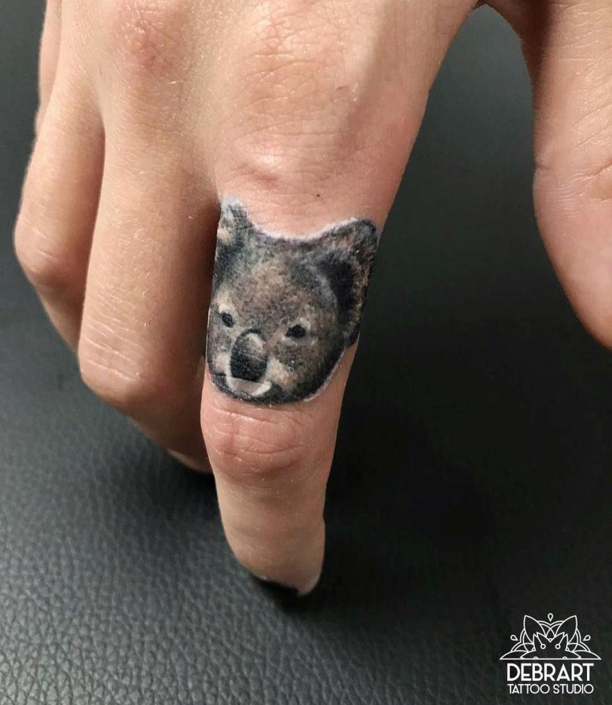 tattoo koala en el dedo