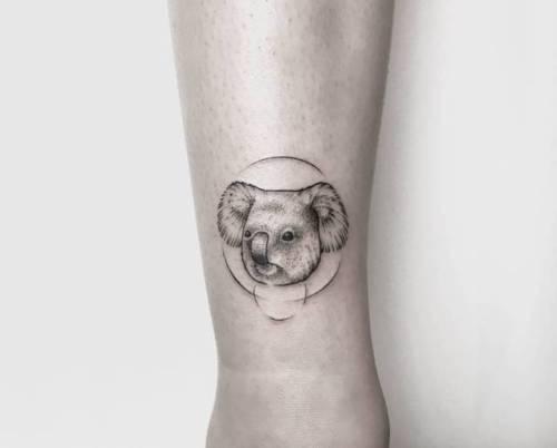 tattoo pequeño de koala en el tobillo
