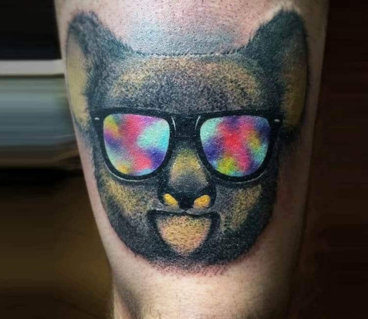 tatuaje cabeza de koala con gafas