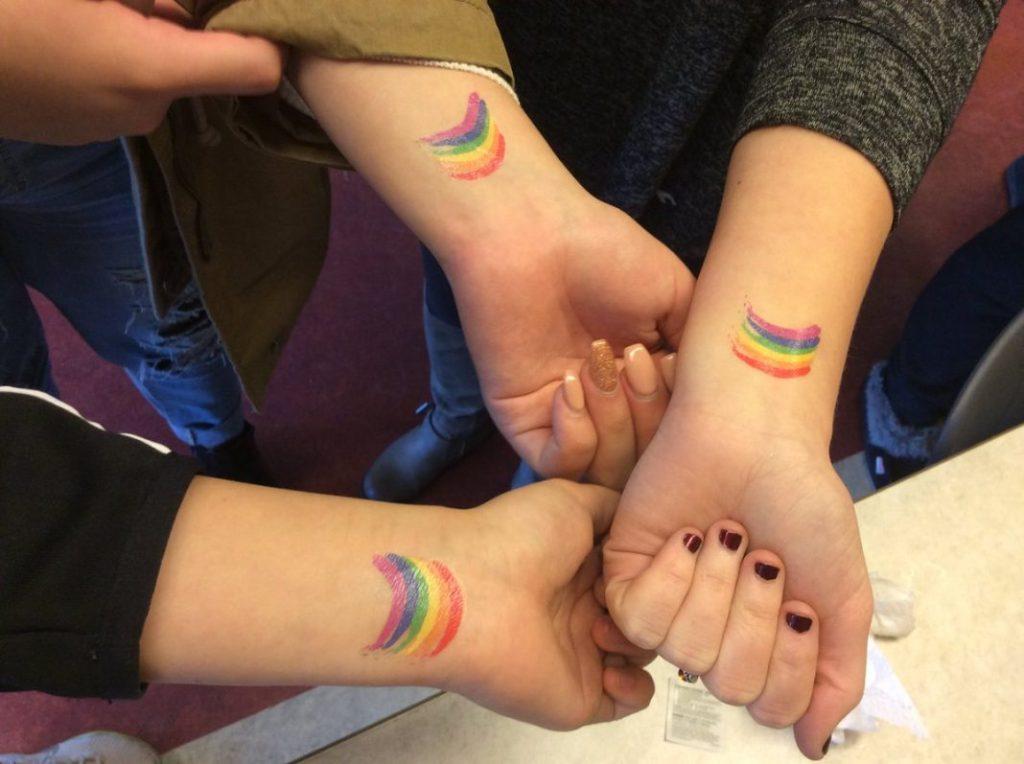 tatuaje de amigas de arcoiris