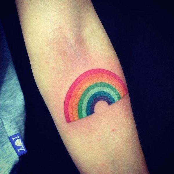 tatuaje de arcoiris en el brazo