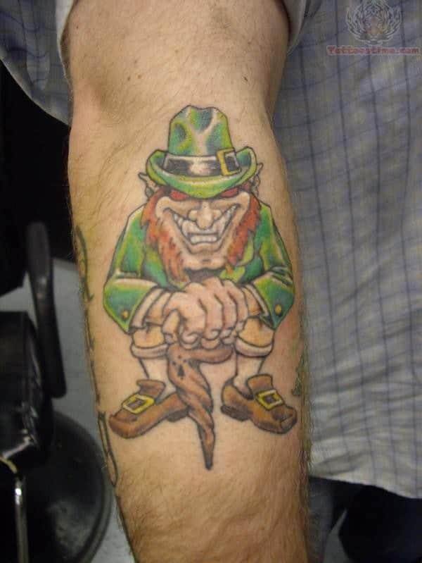 tatuaje de duende risa en el brazo simbolismo