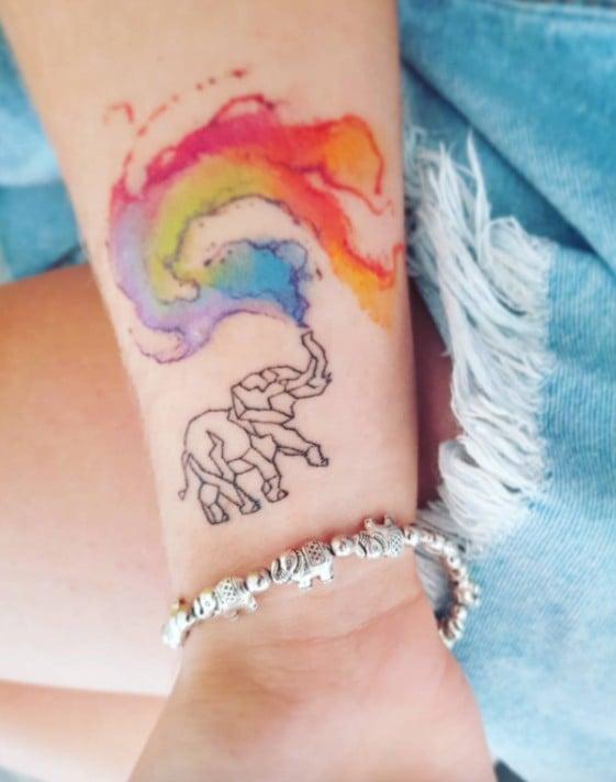 tatuaje de elefante con arcoiris