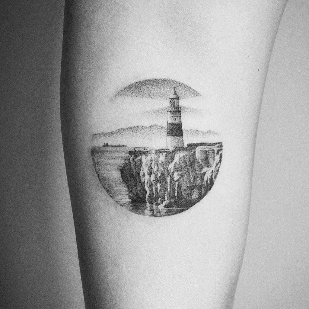 tatuaje de faro en el mar