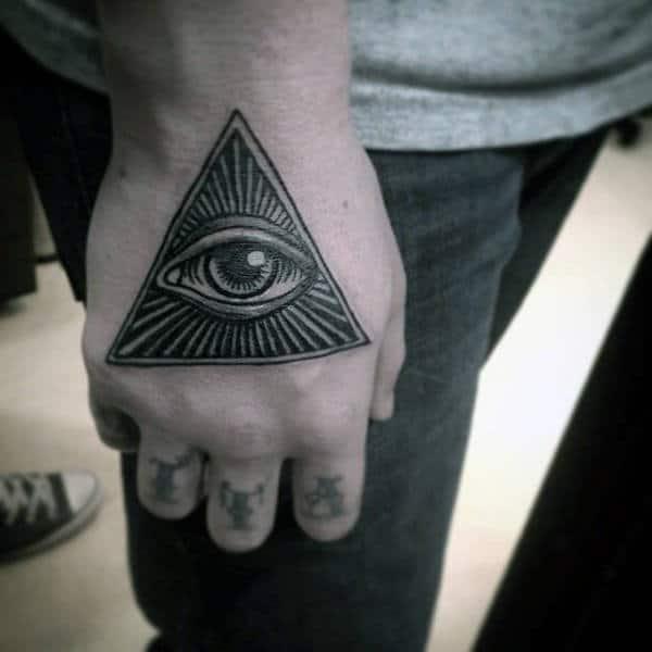 tatuaje de illuminati en el dorso de la mano