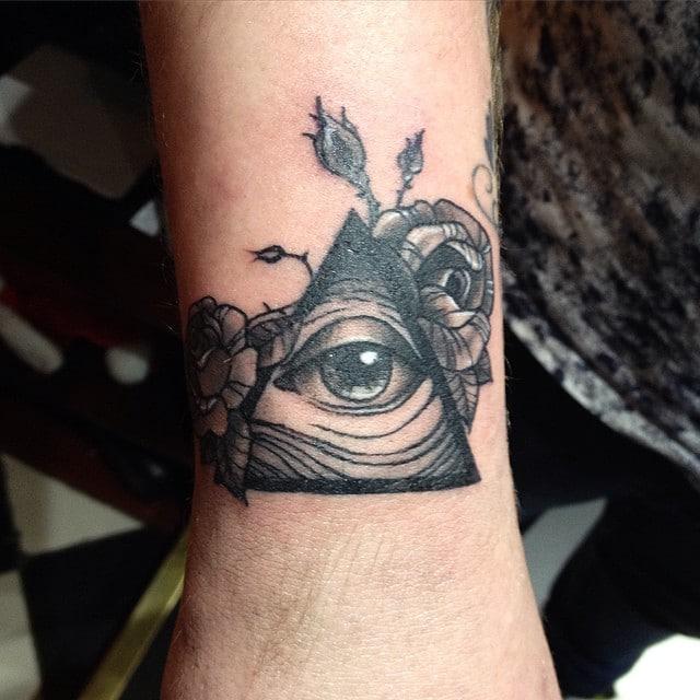 tatuaje de illuminati en la muñeca