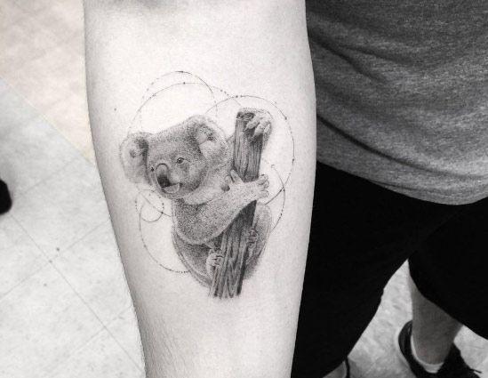 tatuaje de koala en el brazo en color gris