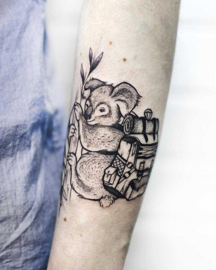 tatuaje de koala viajero con mochila
