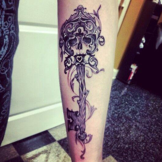 tatuaje de llave antigua con craneo