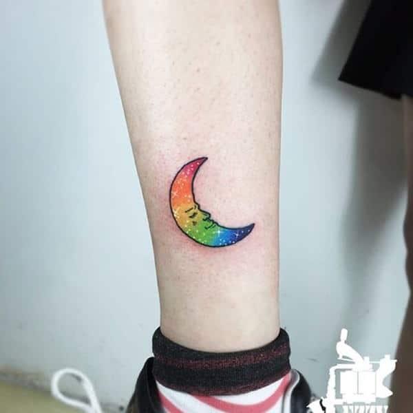 tatuaje de luna y arcoiris
