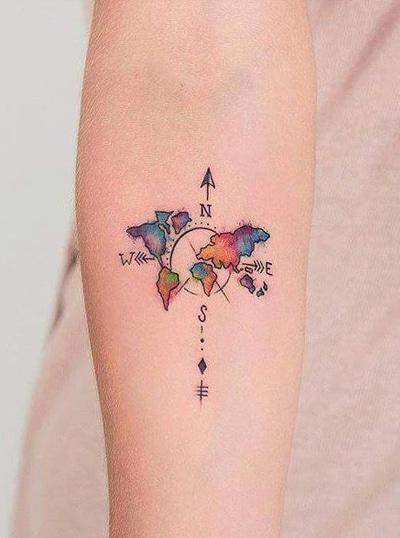 tatuaje de mundo con los colores del arcoiris