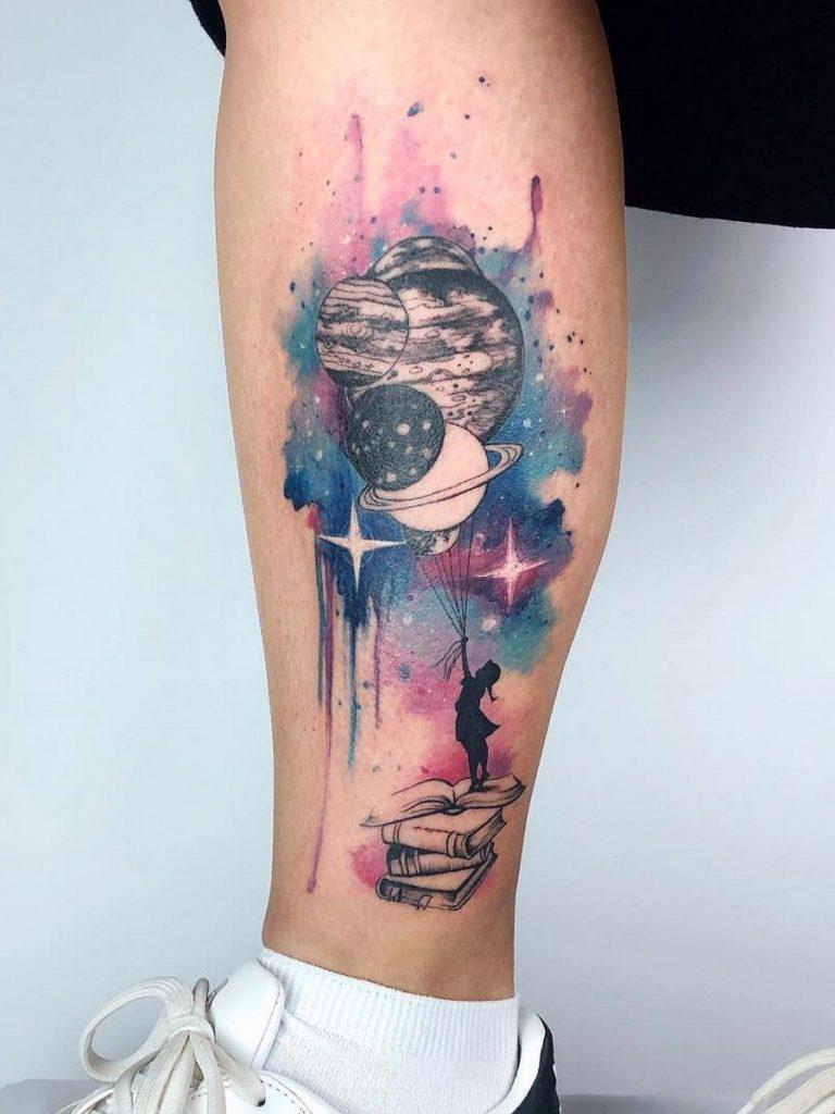 tatuaje de universo en la pierna