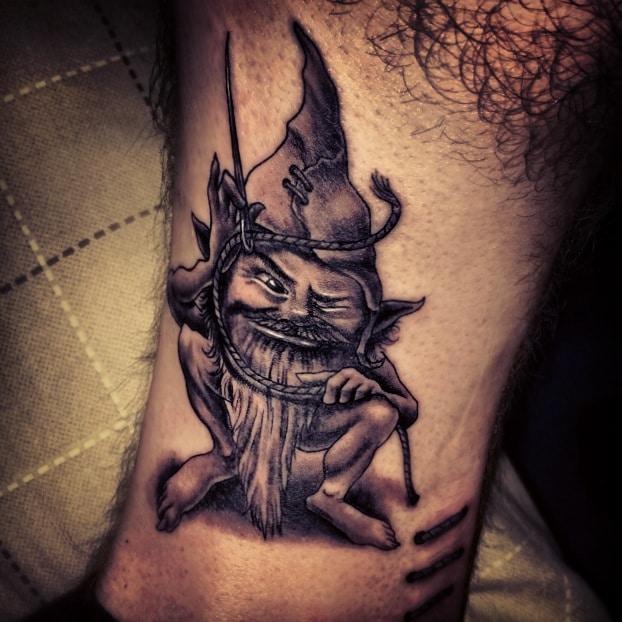 tatuaje duende de la suerte en la pierna