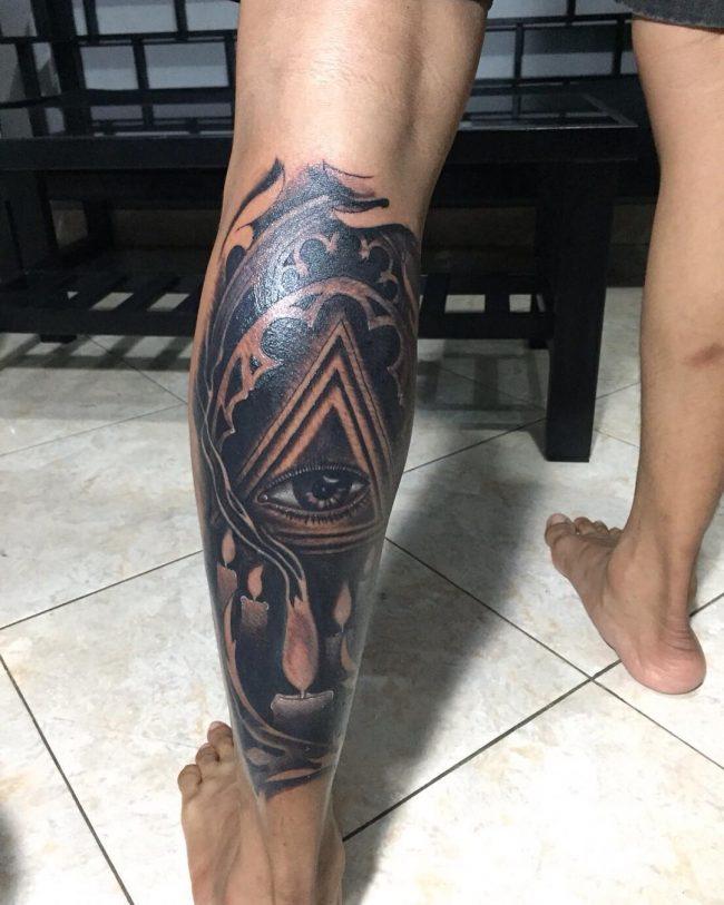 tatuaje el ojo de dios en la pierna