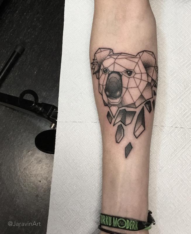 tatuaje en el brazo de cara de koala