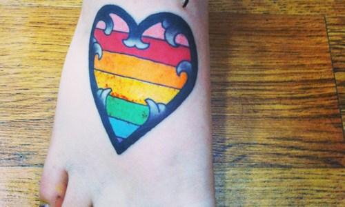 tatuaje en el pie de arcoiris para mujer