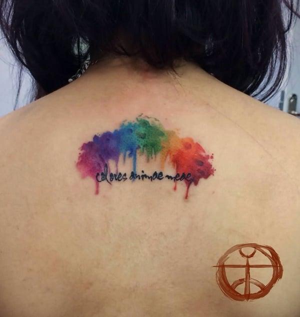 tatuaje en la espalda de un arcoiris