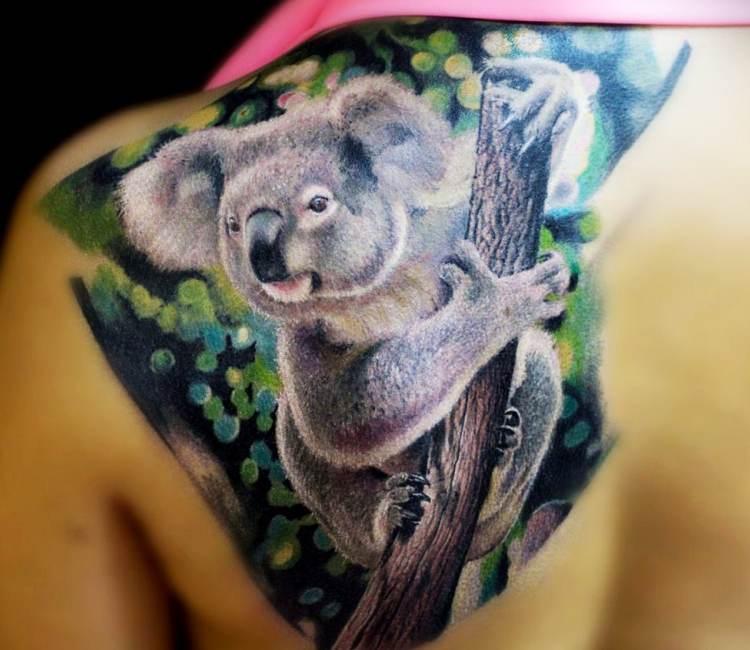 tatuaje en la espalda de un koala