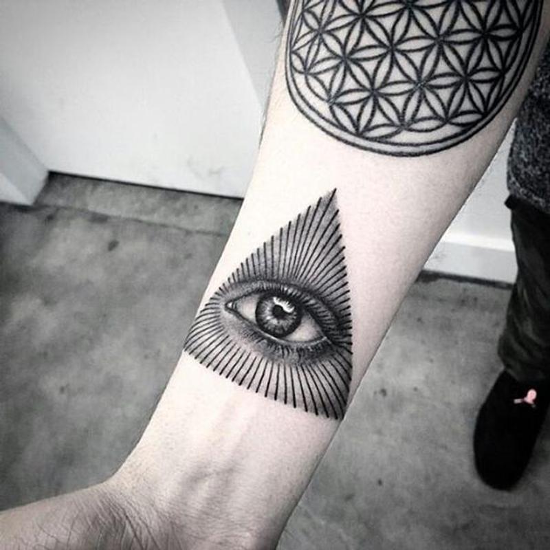 tatuaje en la muñeca de illuminati