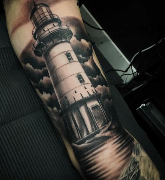 tatuaje faro con fondo de nubes