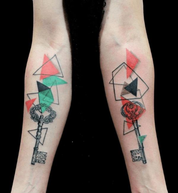 tatuaje geometrico de llave