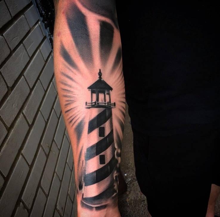 tatuaje grande de faro en el brazo hombre