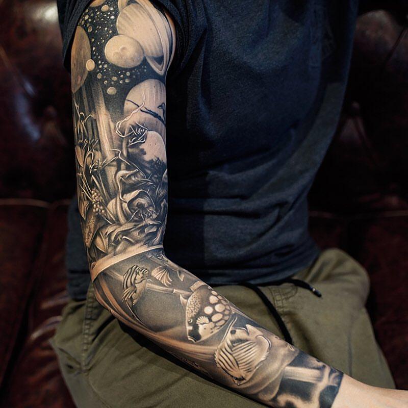 tatuaje manga con diseño de universo