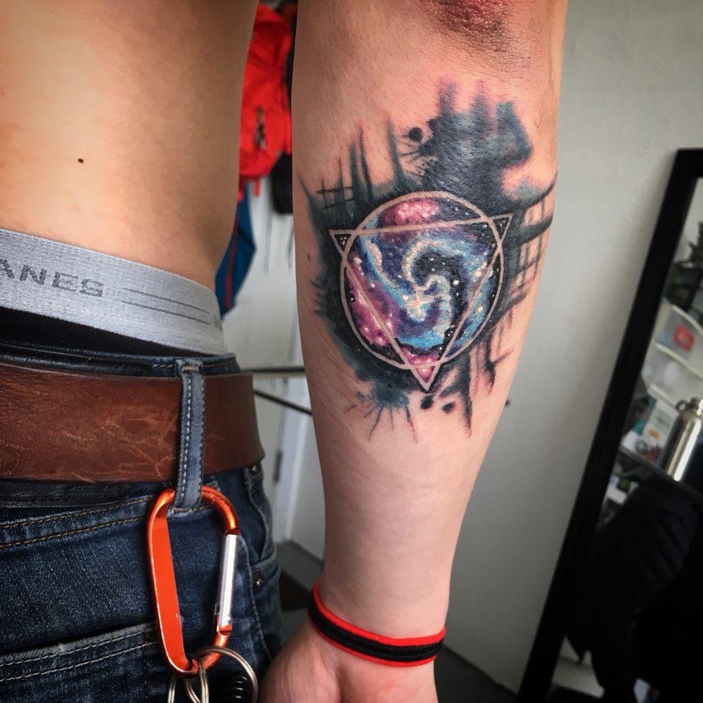 tatuaje misterio del universo para hombre