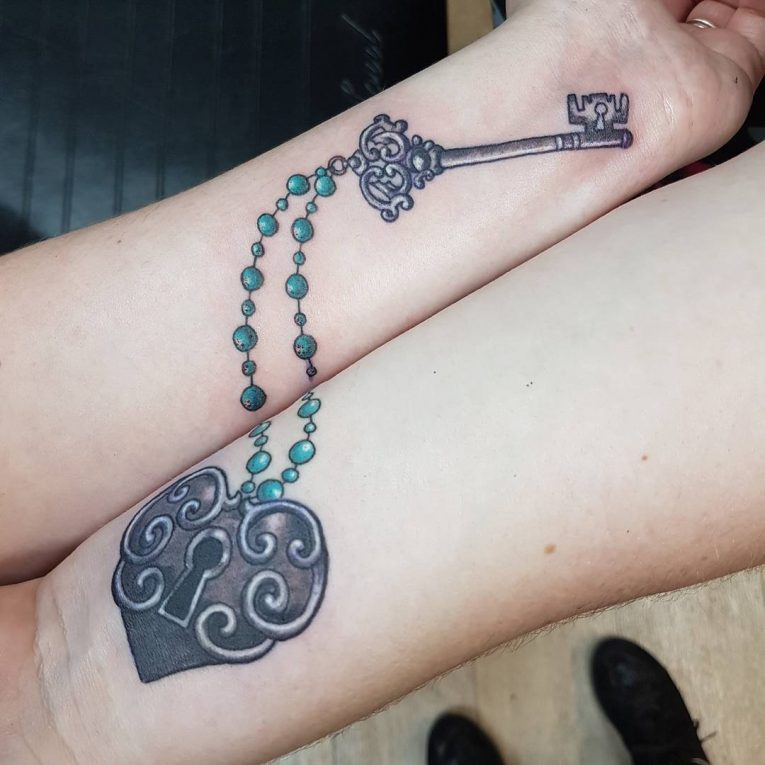 tatuaje para pareja de llave y candado con forma de corazón