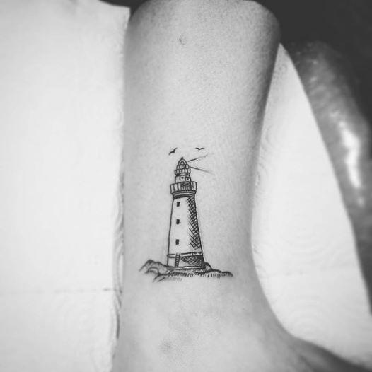 tatuaje pequeño de faro minimalista