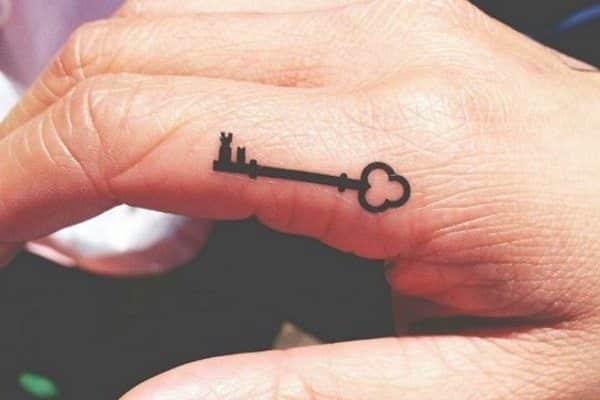 tatuaje pequeño de llave en la mano