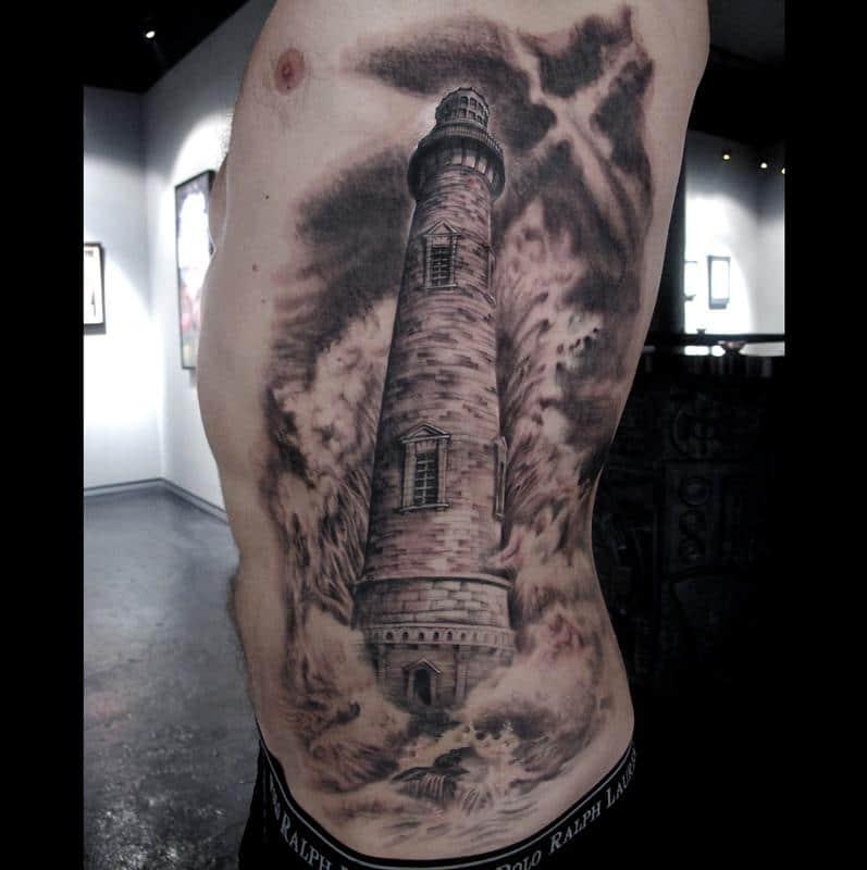 tatuaje realista de faro grande en las costillas