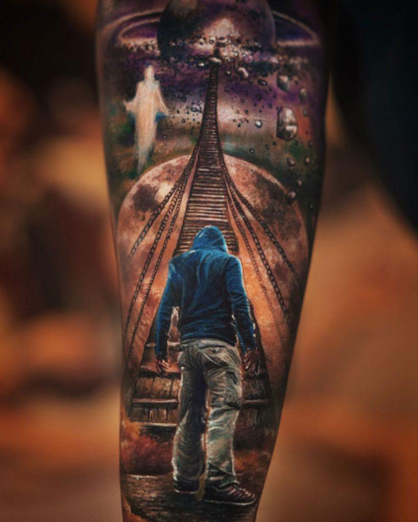tatuaje realista de hombre y universo