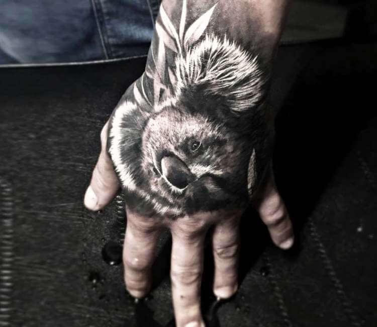 tatuaje realista de koala en la mano