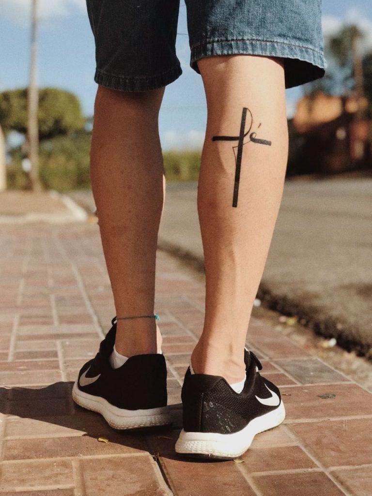 mejor tatuaje de cruz en la pantorrilla