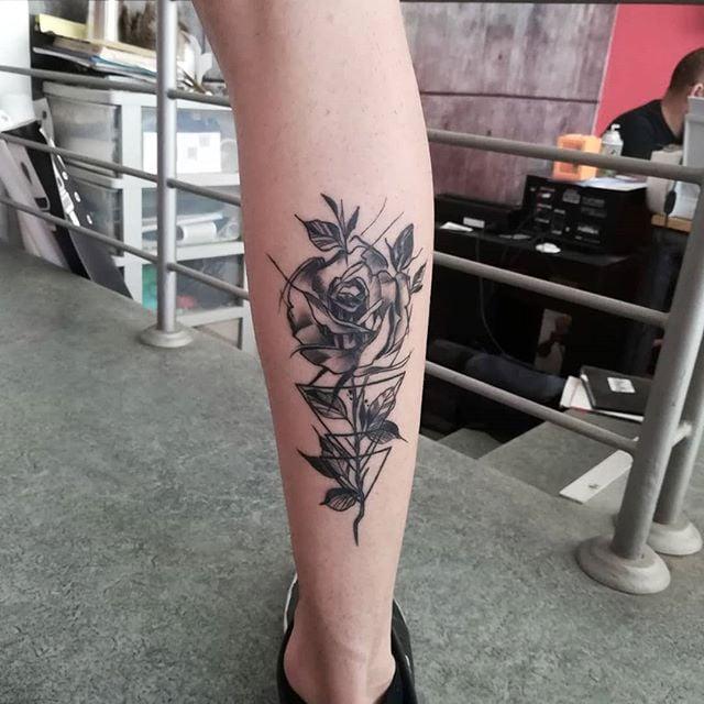 tatuaje de rosa en la pantorrilla