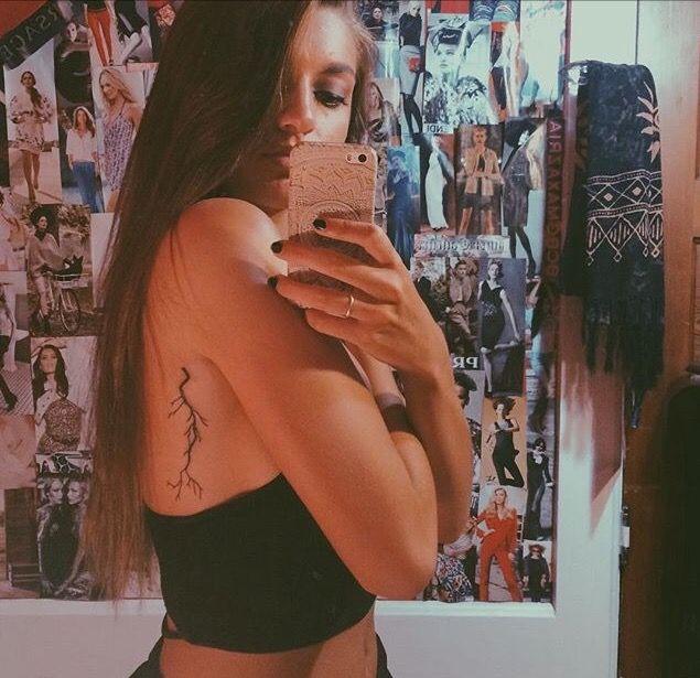 tatuaje de rayo en las costillas mujer
