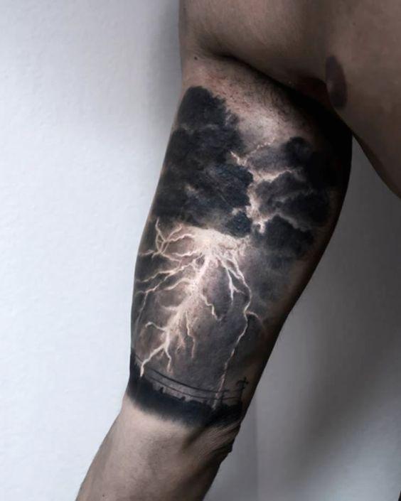 tatuaje de rayo y tormenta en el bicep