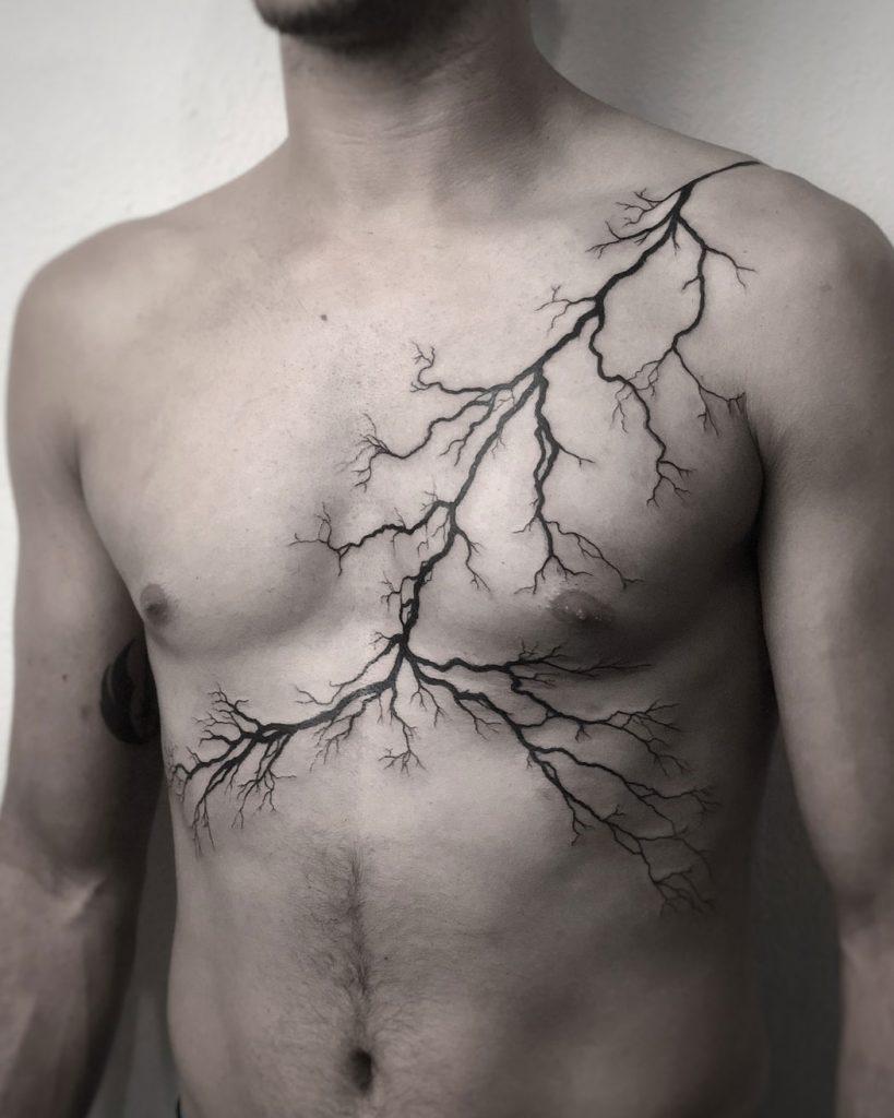tattoo de rayo en el pecho para hombres