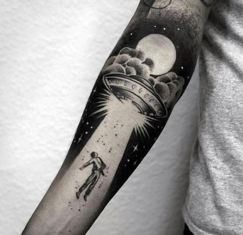 Tatuaje de Abduccion en el Brazo