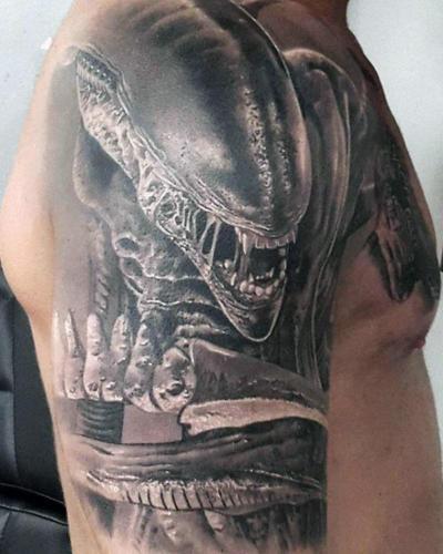 Tatuaje de Alien en el Brazo