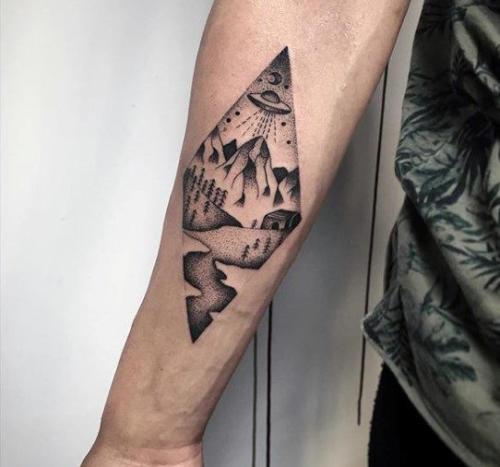Tatuaje de alien en el brazo para hombre