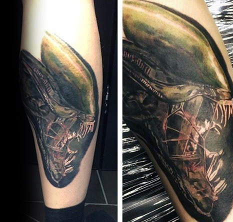 Tatuaje de alien en la pierna