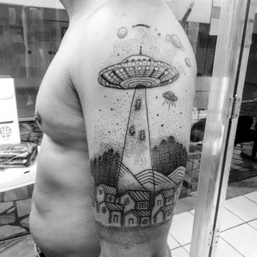 Tatuaje de plato volador en el brazo