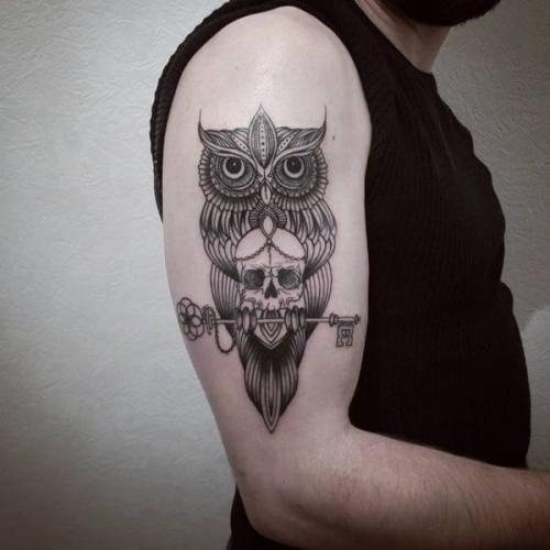 buho estilo celta en el brazo