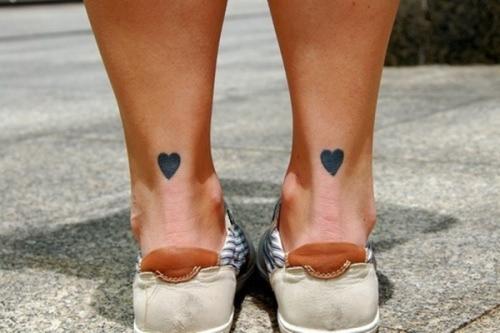 corazones en los tobillos